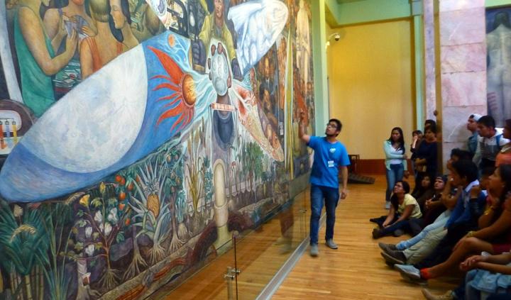 """""""国家美术馆参观的人很多,可惜很少的地方有英文标示,讲解员也是西班牙语解说。很多摊位卖纪念品,特色食品_墨西哥国家美术馆""""的评论图片"""