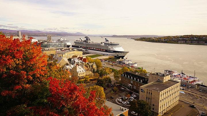 """""""坐落在圣劳伦斯河岸峭壁上的芳提克娜古堡是魁北克市的标志性建筑,站在酒店前的甲板步道上,吹着悠悠..._魁北克老城""""的评论图片"""