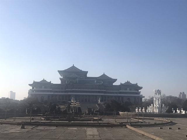 """""""...0对外开放,我们到早了现在学习堂前的万寿台喷泉公园转转,导游介绍说这里是朝鲜青年男女约会的地方_人民大学习堂""""的评论图片"""