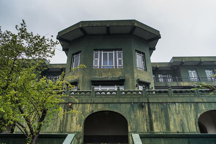 """""""传统苏式风格园林。阳明书院花园,据说老蒋经常坐在这里。从书屋出来沿着蜿蜒小路走向出口。游客中心的告示_阳明书屋""""的评论图片"""