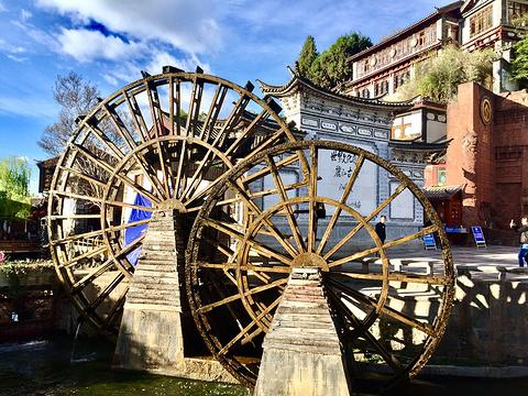 古城大水车的图片