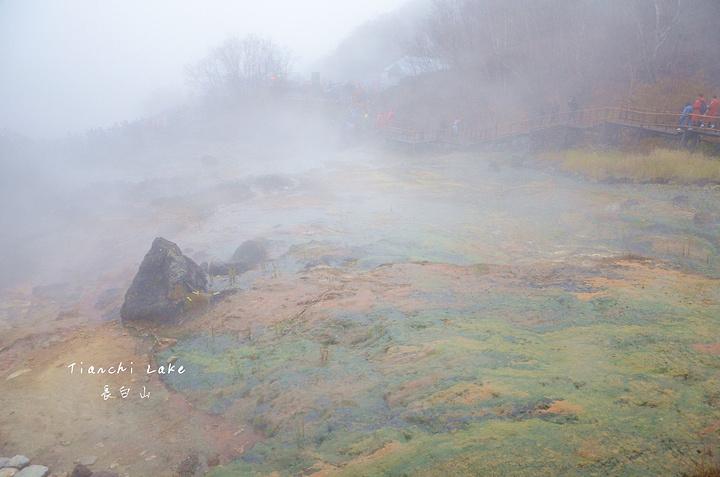 """""""云雾缭绕……仿佛走进了什么【仙境】。看着正冒热气呢,这就是温泉。天气不好,真是哪哪都不适合拍照_长白山北坡景区""""的评论图片"""