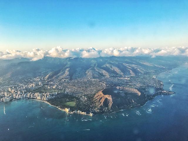 """""""飞机上俯视威基基海岸线,耸起的龙脊和钻石头山,欧胡岛的美丽尽收眼底_瓦胡岛-杜克卡哈那莫库雕像""""的评论图片"""