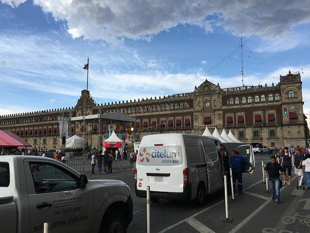 """""""空旷的广场经常是各种活动的举办地及游行的聚集地,我就刚好遇到个世界文化展,感觉自己去了个假文化广场_墨西哥城宪法广场""""的评论图片"""