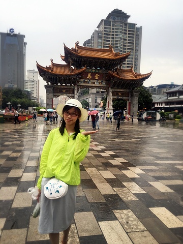 下车就开始下雨了,初到云南,还摸不清这里盛行