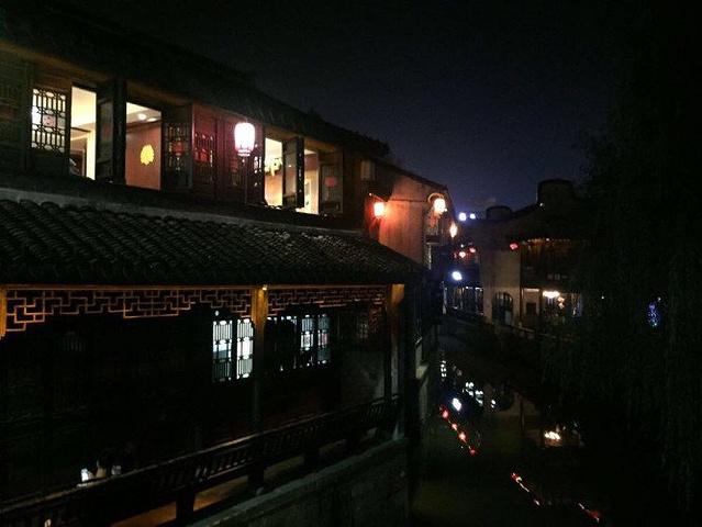 """""""这历史悠久的古街增添了不少生动的气息。夜将至,大大小小的灯笼亮了起来,古街变成了灯火阑珊中的朦胧女子_南湖景区""""的评论图片"""
