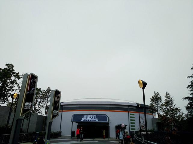 """""""首先停车场就真的是很震撼,从来没看到过这么大的停车场。不过城堡最美还是在夜里灯光照射下的样子_上海迪士尼度假区""""的评论图片"""