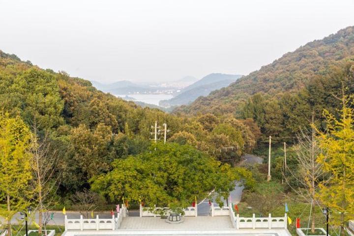 """""""谈仙石城位于南北湖风景区西部的半山腰上,是南北湖30处景观之中的山景观。秋天,还有漫山遍野的黄色_谈仙石城""""的评论图片"""