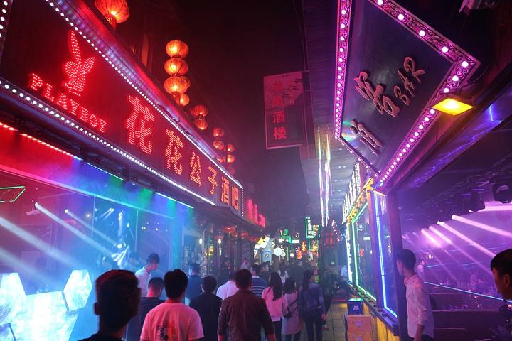 """""""晚上来看西塘夜景最好是先逛各种各样的小店、最后来酒吧一条街、这条街真的超级嗨、走过来之前完全没..._西塘酒吧一条街""""的评论图片"""