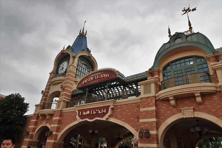 """""""上海必去景点之一,个人感觉上海迪士尼要比香港的好玩。交通推荐乘坐地铁,很方便,出站前建议买好返程车票_上海迪士尼度假区""""的评论图片"""