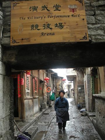"""""""天龙屯堡位于安顺平坝县天龙镇。现今的屯堡人都是数百年前从内地迁来的军士的后代_天龙屯堡""""的评论图片"""