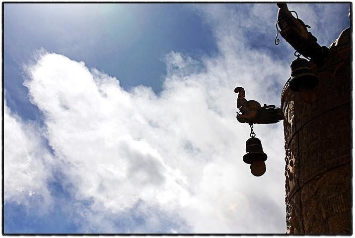 """""""走上二楼的平台,能看见很多不错的风景。八角街围着的大昭寺,又是朝圣者心中的终极神往之地_大昭寺""""的评论图片"""