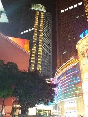 """""""...多,但是有一家大型的优衣库,几层楼,感觉这里是广州比最大型的优衣库,特价商品和新品都非常齐全哦_维多利广场""""的评论图片"""