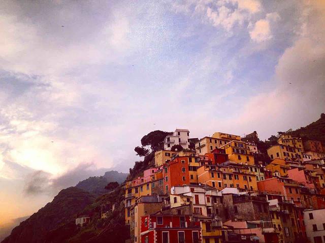 """""""...热情地嬉闹,山谷中飘落的云雾迷蒙着五彩斑斓的房屋,眼前就像罩着一层薄纱,与现实隔离着,此般美好_里奥马焦雷""""的评论图片"""