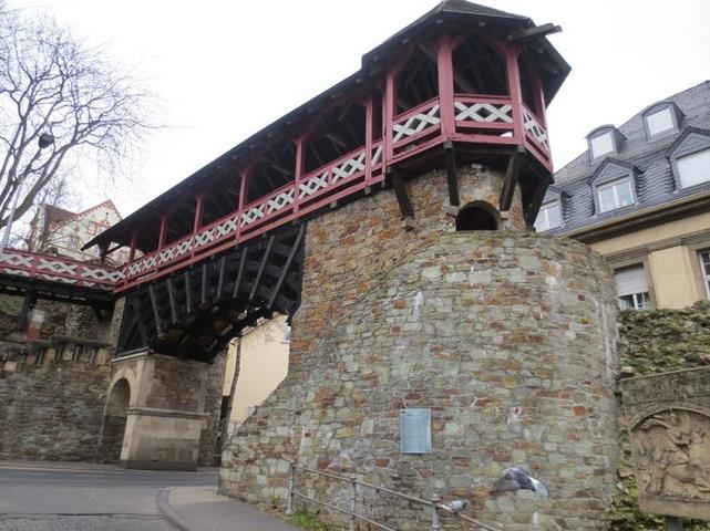 """""""罗马城门旁的名为""""异教徒之墙""""的古城墙是威斯巴登从古罗马时期留下来的最古老的建筑,长期起来,异..._罗马城墙""""的评论图片"""
