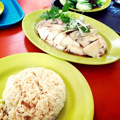"""""""新加坡最著名的网红美食之一:天天海南鸡饭。 海南鸡饭里面的鸡肉特别嫩,肉质很细腻,并不会感到油腻_天天海南鸡饭""""的评论图片"""