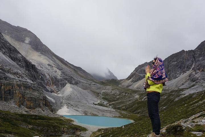 """""""从冲古寺到洛绒牛场有七公里远,保存体力不建议走路,虽然路上风景不错。但要准备一双舒适的登山鞋_牛奶海""""的评论图片"""