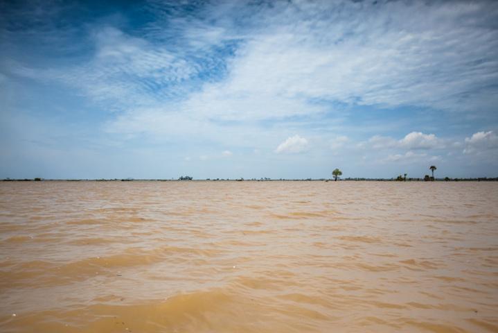 """""""美丽的洞里萨湖中,还坐落着众多水上村庄,颇为神奇。船家载着游人,向湖区深处进发_洞里萨湖""""的评论图片"""