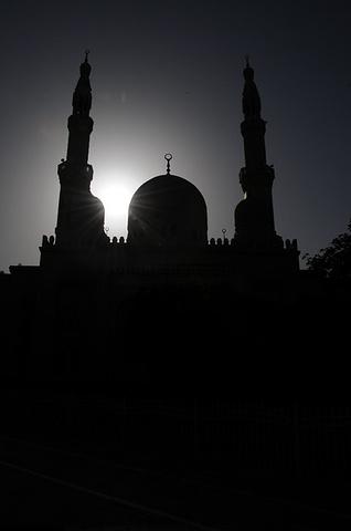 2018朱美拉清真寺是迪拜最大最美丽的清真寺,它是现代伊斯兰建筑风