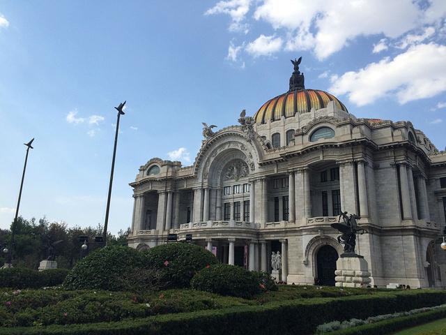 """""""为了打破土著人的信仰,阿兹特克帝国的神庙建筑遭到了严重的破坏,被埋入地下,取而代之的是屹立至今..._墨西哥城宪法广场""""的评论图片"""