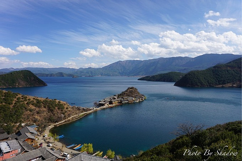 泸沽湖尼塞鸟岛游船的图片
