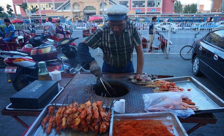 """""""所以游记里很少会看到吃的,但是新疆是个瓜果飘香,羊肉熏天的地方,我在新疆真的是吃羊肉串吃到吐,..._汉人街""""的评论图片"""