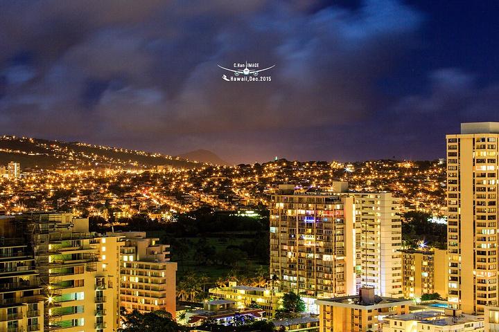 """""""回到酒店好像还没有尽兴,便来到房间又架起相机对着夏威夷的夜景拍了起来_威基基海滩大道""""的评论图片"""
