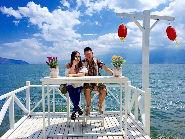 """""""这个白桌子大家应该都不陌生,洱海边上有名的人造景点。上面有供游客免费拍摄的著名白桌子,不过得排队_南诏风情岛""""的评论图片"""