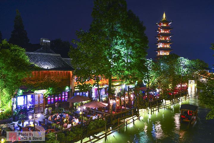 """""""一路向西,走到了望津河上的通济桥,这里是观赏和拍摄白莲塔的最佳位置。夜晚都有装饰灯,效果还是蛮好的_白莲塔寺""""的评论图片"""