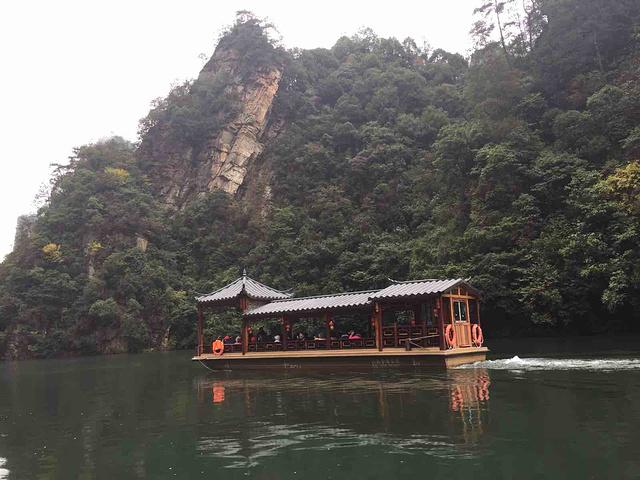 """""""去宝峰湖是跟的一日游的团,进入宝峰湖就排队坐中巴车到坐船的地方,跟团时间就是比较紧凑,坐中巴时..._宝峰湖景区""""的评论图片"""