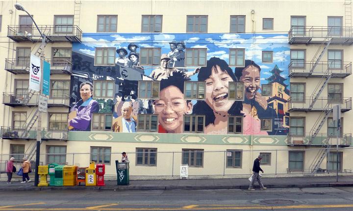 """""""一些老大爷在大树底下伸胳膊,踢腿,太极拳一招一式非常到位,有洋人在一边观赏_旧金山唐人街""""的评论图片"""