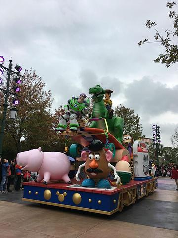 """""""...里最值得玩的项目是""""七个小矮人矿车""""(类似于过山车,宝宝超级喜欢,是他认为园子里最好玩的项目)_上海迪士尼度假区""""的评论图片"""