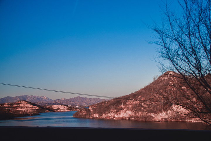"""""""没有雾霾的日子,这湖水真就是很直接的倒影出蓝天,好像新疆的喀纳斯湖一样,蓝色的宝石。干净的世界_沕沕水生态风景区""""的评论图片"""
