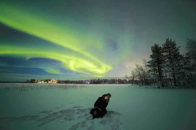 雪地徒步生篝火图片