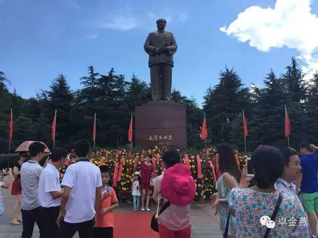 """""""看完故居我们去铜像广场~~远远就看见一个巨大的铜像高高矗立在那里~~沿路两边有很多诗词碑~~很..._毛泽东广场""""的评论图片"""