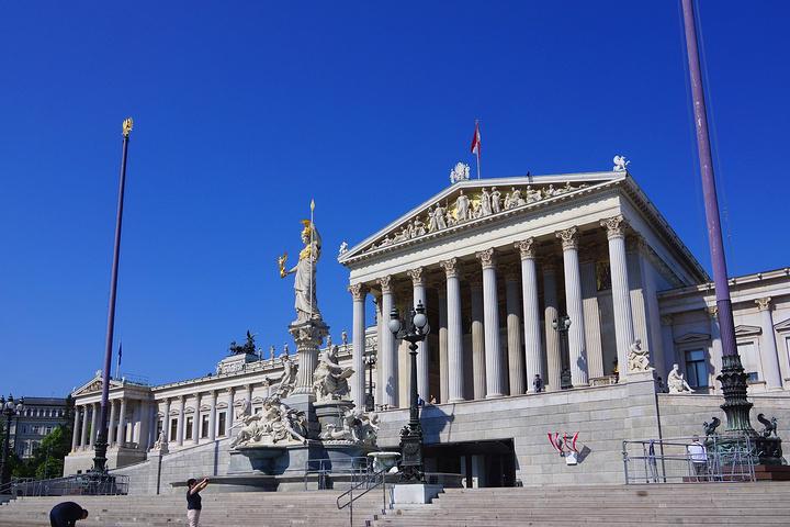 """""""在欧洲,雕塑铜像比比皆是。灯座下人面狮身还带有双翼的女神,单独拿出来就是一件精致的艺术品_维也纳环城大道""""的评论图片"""