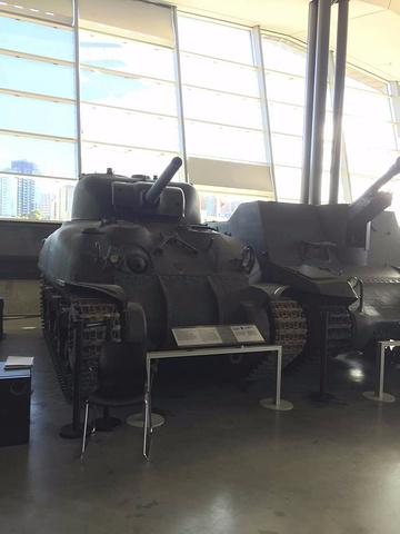 """""""其中最有名的陈列是希特勒当年的专车,是一辆老式奔驰车,敞篷,黑色,上面还有很多弹孔。战争博物馆_加拿大战争博物馆""""的评论图片"""