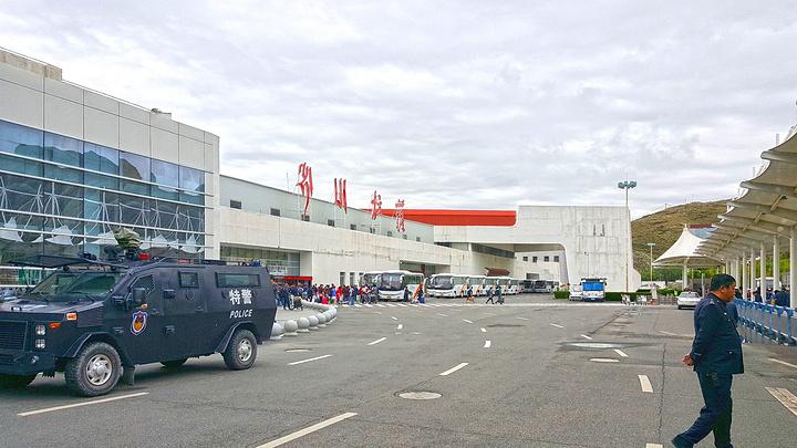 贡嘎机场同拉萨火车站一样戒备森严,进入机场