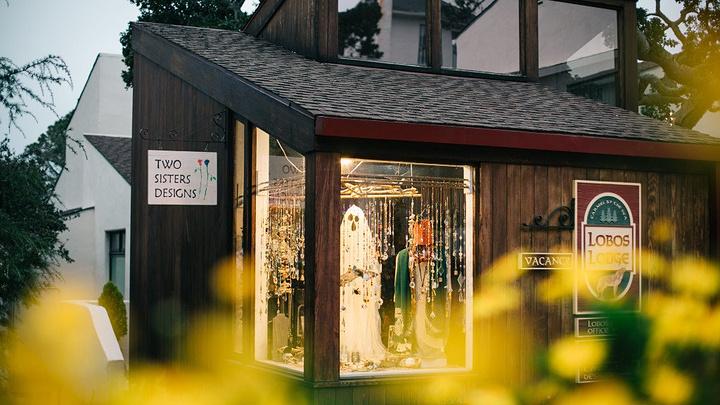 """""""...透过每一个橱窗,可以看到风格独特的摆饰,每个店家都是艺术家,在这里编织着一个个多彩斑斓的童话夜_卡梅尔小镇""""的评论图片"""