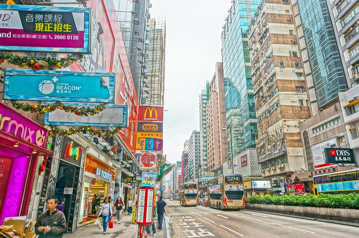 """""""...众多的shopping mall和临街商铺,街道两旁的风土人情可以让人真正地体验香港民众的生活_弥敦道""""的评论图片"""