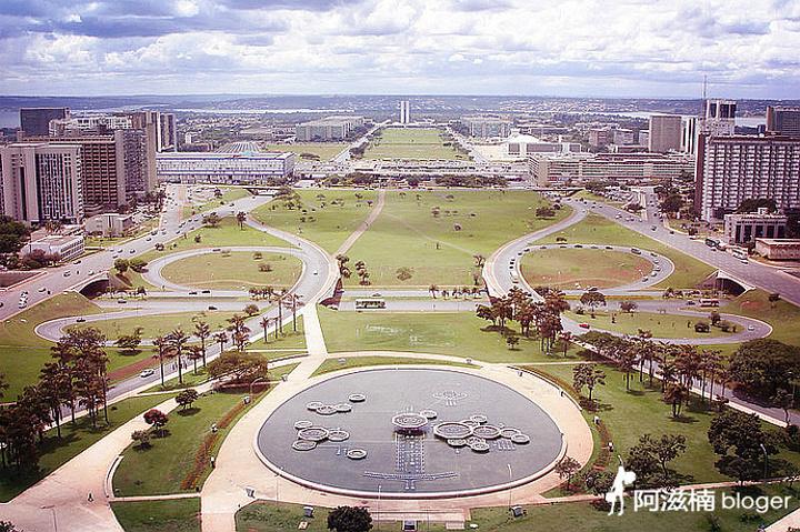 """""""登上巴西利亚电视塔整个广场的风景尽收眼底,可以把巴西利亚的布局看得一清二楚,这个塔高224米..._三权广场""""的评论图片"""