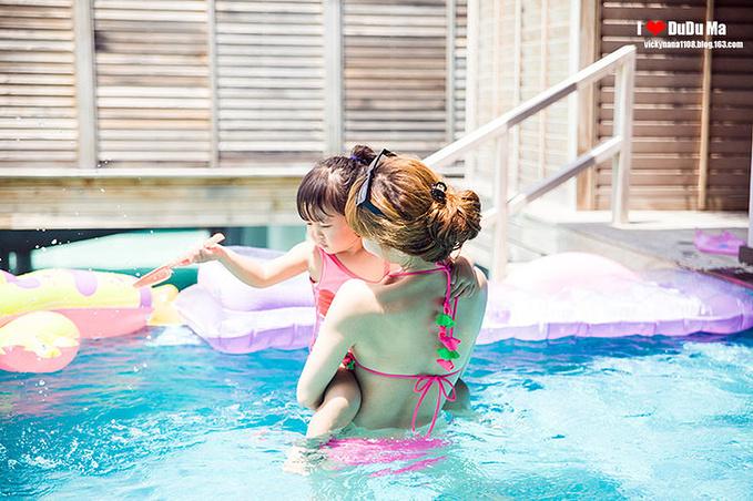 泳池玩耍图片