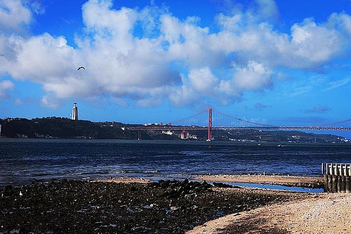 """""""特茹河上的两座大桥都很有名,邻近发现者纪念碑的斜拉桥是""""4月25日大桥""""(Ponte 25 d..._塔霍河""""的评论图片"""