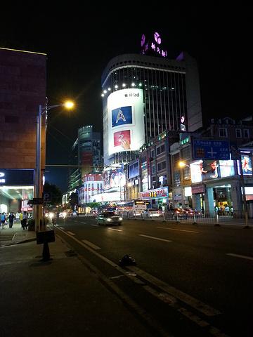 """""""...广百、天河城等大型购物商场,还有优衣库、班尼路等著名品牌店,这边的名店经常有优惠后动,非常实惠_北京路步行街""""的评论图片"""