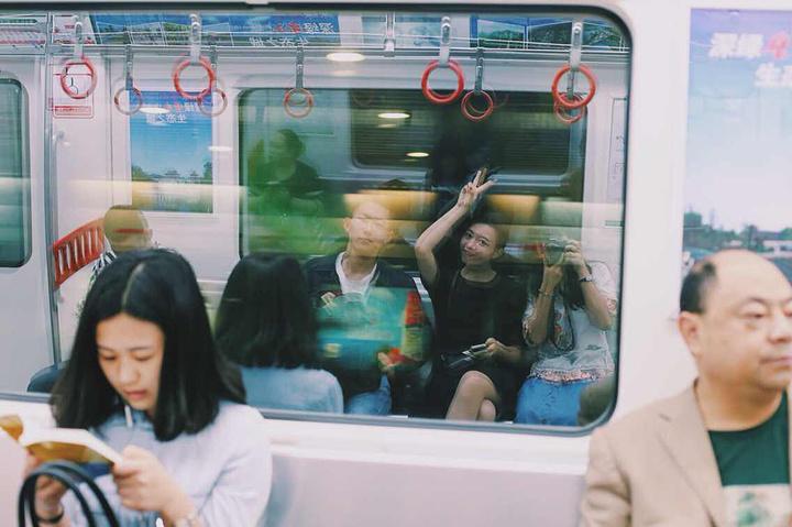 """""""扶梯把手,售票机,指示牌,安检闸门,一切都是粉红色的。非常少女。值得一提的是重庆六号线地铁是粉色系的_重庆大学""""的评论图片"""
