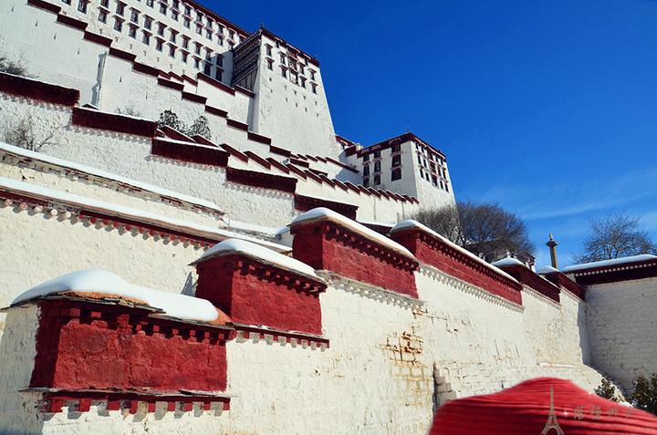 """""""...提前来到布达拉宫的一道门,一道门是布达拉宫的正门,在旺季和节假日的时候参观布达拉宫的游客非常多_布达拉宫""""的评论图片"""