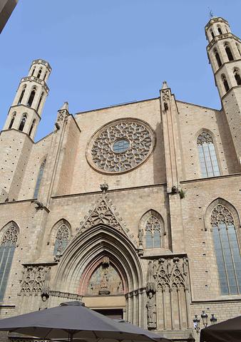 """""""没关系,反正是个热门游览地。它很有名又在老城中心地段,所以朝拜者混合着歇脚的游客,教堂里面人很多_海洋圣母教堂""""的评论图片"""
