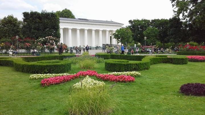 """""""在美泉宫参观时,看到一个很珍贵的房间,特别提到装饰用的全部是玫瑰的枝木,当时百思不解_奥地利国会大厦""""的评论图片"""