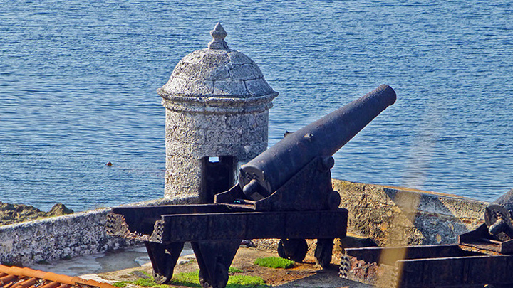 """""""城堡入口处是纪念品集市,非常热闹_Fortaleza de San Carlos de la Caba?a""""的评论图片"""