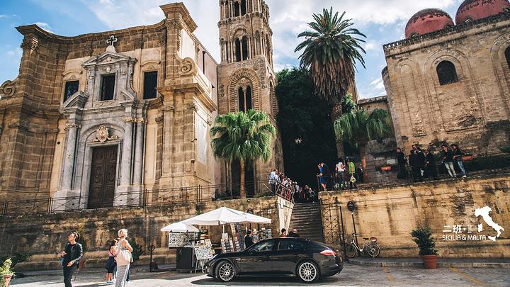 """""""关于海军元帅圣母教堂和它边上的修道院,其实我一直觉得修道院上的三个球,长得很诡异……。聚集了很多人_Santa Maria dell'Ammiraglio (La Martorana)""""的评论图片"""